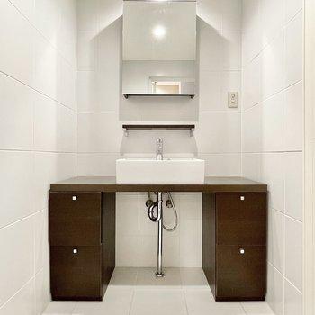 モダンな洗面台は収納力もたっぷり。