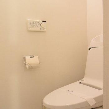 ウォシュレット付きのスタイリシュなトイレ!