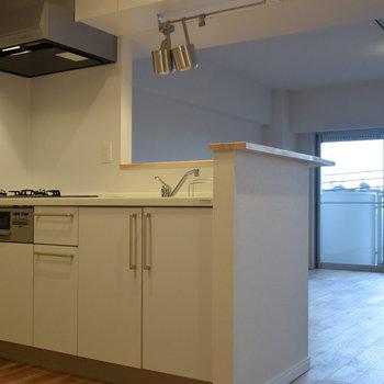 キッチンはグリル付きの人造大理石キッチン