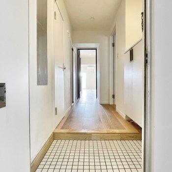 白タイルから始まり無垢に繋がる玄関。