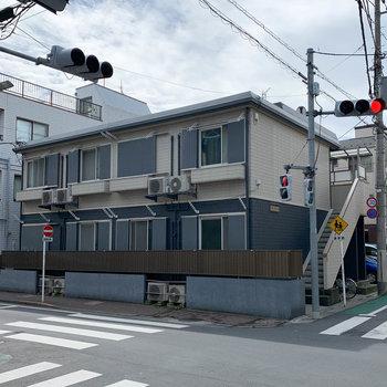 交差点に面したアパートです。