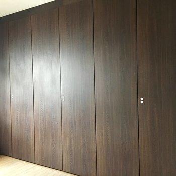 部屋②こちらは壁一面に