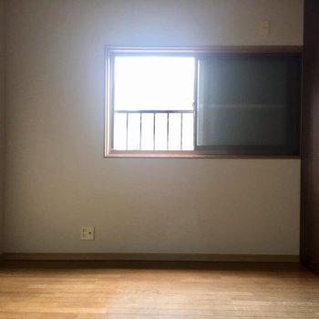 部屋②窓にはシャッターが付いてますのでガラッと開けて日差しを!