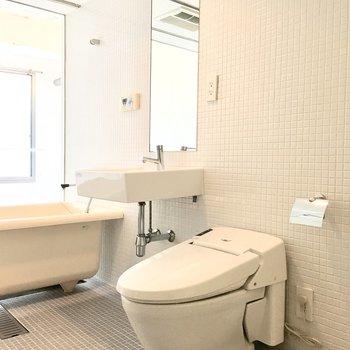 スタイリッシュな洗面台とトイレ。