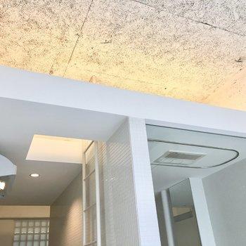 間接照明がお部屋を優しく照らしてくれます。