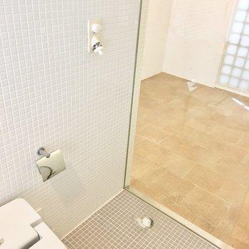 トイレの横が洗濯機置場です。