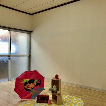 【洋室】窓も大きいです。※家具はサンプルになります
