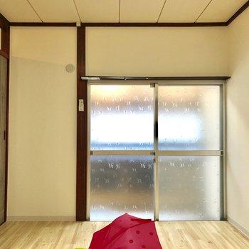 【洋室】窓のデザインに懐かしさを感じます※家具はサンプルになります