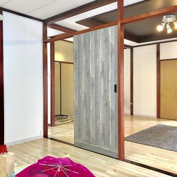 【洋室】上部の仕切りがない分、開放感があります※家具はサンプルになります