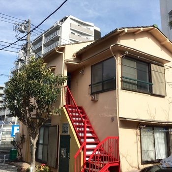 赤い階段が可愛らしい外観ですよ