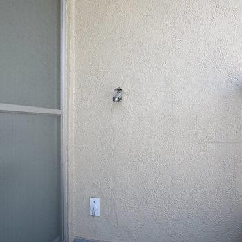 窓を出たところに洗濯機置場があります