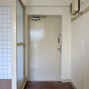 玄関はゆったりめ、シューズボックス代わりの棚も置けそうです◎※写真は通電前のものです