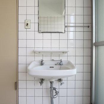 洗面台はとってもコンパクト※写真は通電前のものです