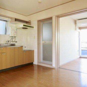 【DK】キッチン横にトイレ・お風呂があるのがちょっと気になります、、※写真は通電前のものです