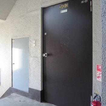 茶色の扉がかわいい感じ