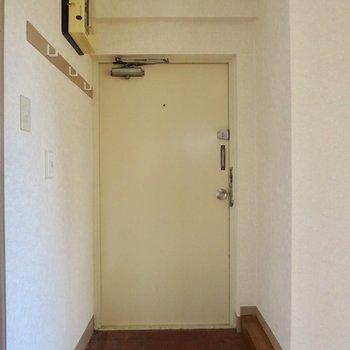玄関にはシューズボックスがないので、棚なんかを用意するといいかも※写真は通電前のものです