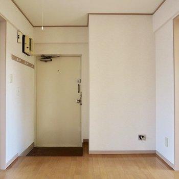 【DK】反対側には玄関が、仕切りのないフラットな感じです※写真は通電前のものです
