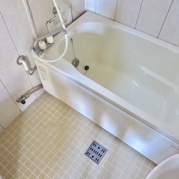 お風呂は大きいので、ちょっと大変だけど浸かれそう※写真は通電前のものです
