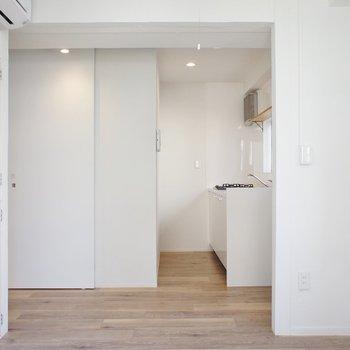 【DK】奥にキッチン。※写真は5階の同間取り別部屋のものです