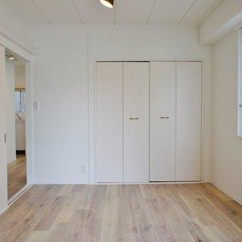 【洋室】収納も。※写真は5階の同間取り別部屋のものです