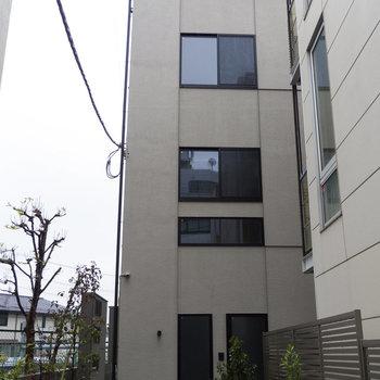 せっかく外観もカッコいいのに、周りの建物で隠れてて残念。