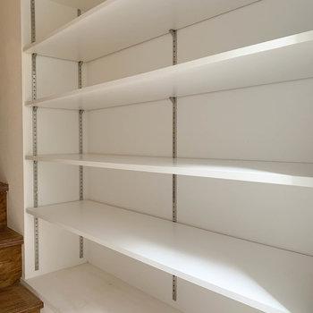 玄関横の棚。こちらをシューズボックス兼用にしましょう〜