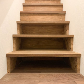 階段途中、収納できるスペースもあります。