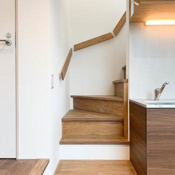 キッチン横の階段を登ると....