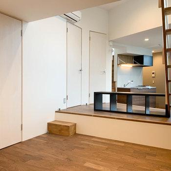 お部屋一番奥から見ると。扉は左からクローゼット、脱衣所、トイレです。