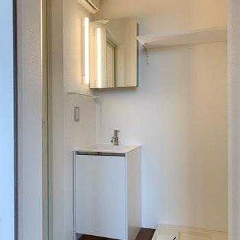 こちら脱衣所。洗面台もキレイ。