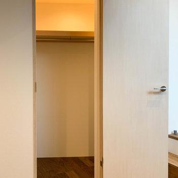 右側の扉は、クローゼットです。