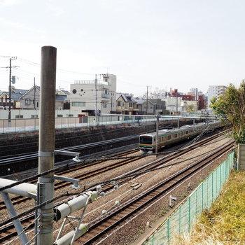 窓から電車も見ることができます
