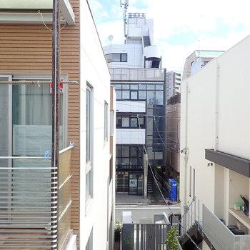 【居室眺望】エントランスのオートロック扉が見えます。※写真は前回募集時のものです