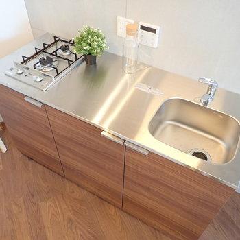 調理スペースが広め、うれしいですね。※家具はサンプルです