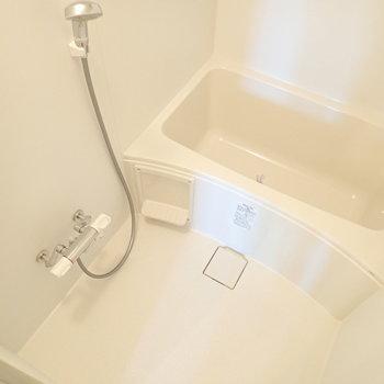 浴室は追い焚き機能付き。