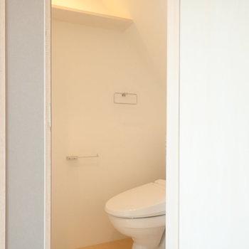 トイレは別室に、ほんのりした照明が素敵。