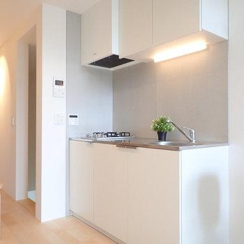 反対にはキッチン。※家具はサンプルです