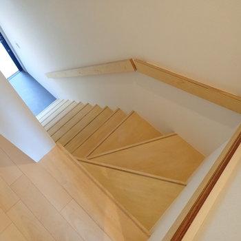 階段を降りて玄関へ。