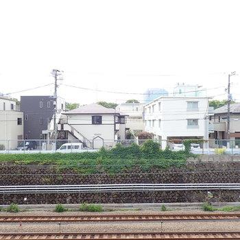 眺望は線路、山手線の電車が通ります。