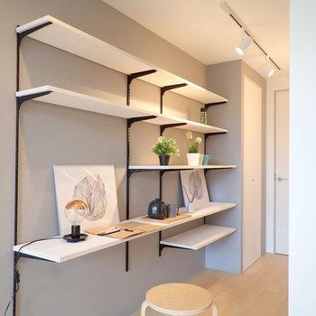 気になるシェルフへ、程よい高さに調整できるやつですね。※家具はサンプルです