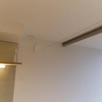 キッチンの上部に物干し用ワイヤーを設置。収納可能です。