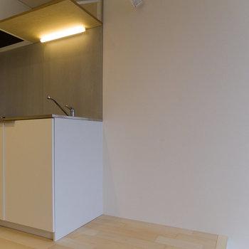 冷蔵庫はシンクの隣へ。コンセントは天井近くにあります。
