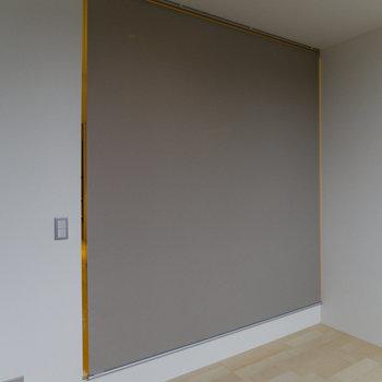 キッチンとベッドルームはロールスクリーンで仕切れます。