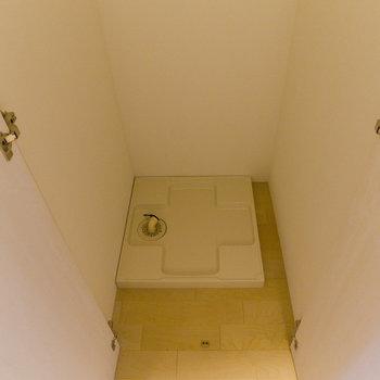 シェルフの後ろに洗濯機置場。上部に収納棚設置!