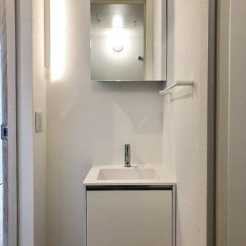 続いて水回り。シンプルなのにセンスを感じる洗面台。鏡の裏は収納になっていますよ。