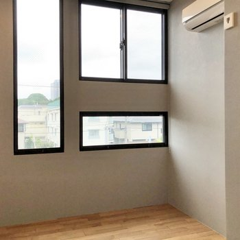 【南側】形の違う3つの窓がお出迎え。