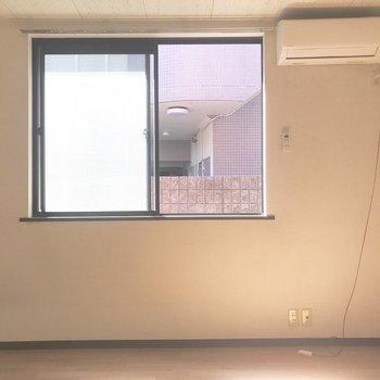 窓下にべッドを置きたいな〜※写真はクリーニング前のものです