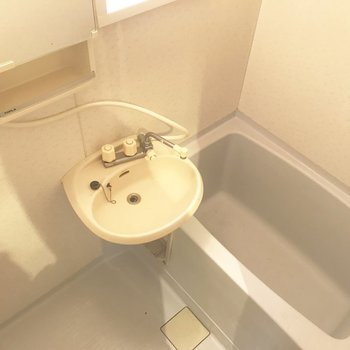 鏡の裏に収納が◎浴室乾燥機あります。※写真はクリーニング前のものです