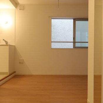 玄関からいち枚。※写真は2階同間取り別部屋のものです