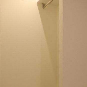 オープン収納!帰宅後ここにコートをかけてから居室へ。※写真は2階同間取り別部屋のものです